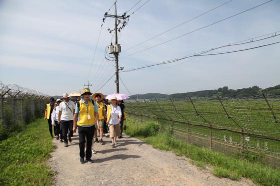 DMZ 평화의 길 파주 구간 생태 탐방로를 걷는 사람들. 오른쪽 철책너머 임진강이 흐르고 있다. 최승표 기자