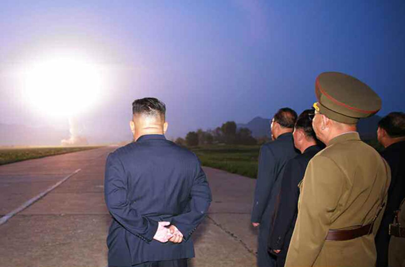 """북한 노동신문은 김정은 국무위원장이 지난 6일 새벽 '신형전술유도탄 위력시위발사를 참관했다""""고 지난 7일 보도했다. [노동신문=뉴시스]"""