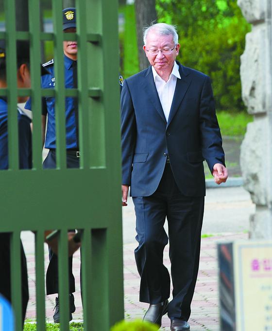 양승태 전 대법원장이 지난달 22일 보석으로 풀려나 서울구치소를 나서고 있다. 오종택 기자