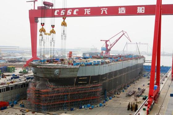 중국선박공업 조선소에서 대형 선박을 건조하고 있다. 중국선박공업과 중국선박중공업은 지난달 조선소 합병을 발표했다. 두 조선사의 통합 작업이 끝나면 조선소는 기존 19개에서 8개로 준다. [사진 중국선박공업]