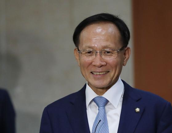 주미대사에 내정된 이수혁 더불어민주당 의원이 9일 오전 국회 정론관에서 내정 관련 기자회견을 마친 뒤 백브리핑을 하고 있다. 김경록 기자