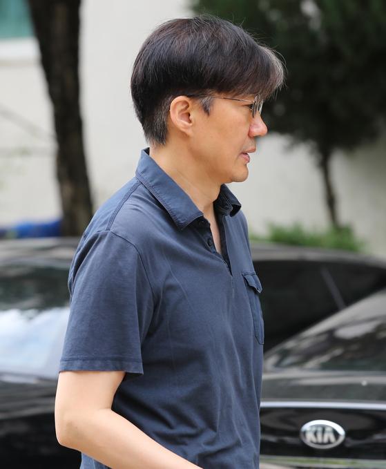 조국 법무부 장관 후보자가 11일 오전 서울 서초구 방배동 자택을 나서고 있다. [연합뉴스]