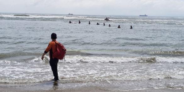 10일 부산 다대포해수욕장에서 물놀이를 하던 어린이 1명이 높은 파도에 휩쓸려 실종됐다가 구조됐지만, 숨졌다. [사진 부산소방재난본부=연합뉴스]