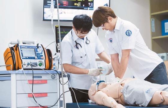 한 대학교 응급구조과 학생들이 심폐소생술 실습을 하고 있다. [중앙포토]