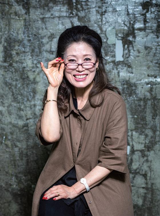 """53년차 가수 정훈희는 '70세 가까운 이 나이에도 사람들 앞에서 노래를 부를 수 있다는 사실에 감사할 따름""""이라고 말했다."""