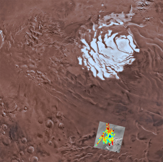 화성 남극의 얼음(흰색 부분)과 지하 호수로 추정되는 지역(레이더 영상). [사진 INAF]