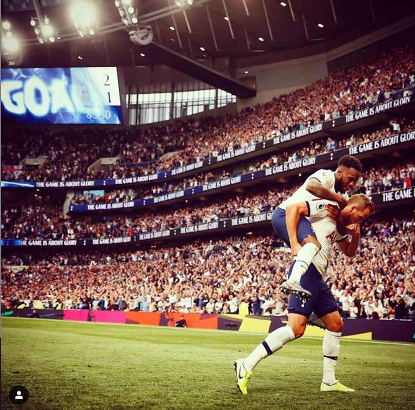 잉글랜드 토트넘 공격수 케인(오른쪽)이 11일 개막전에서 골을 터트린 뒤 세리머니를 펼치고 있다. [사진 토트넘 인스타그램]