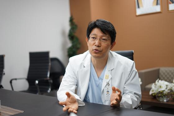 서울대병원이 위탁 운영 중인 UAE 왕립병원(SKSH) 이인택 교수가 라스알카이마 원내에서 진료 상황을 설명하고 있다.[사진 서울대병원]