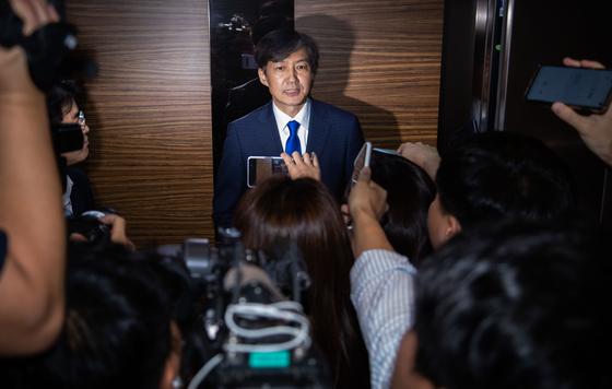 법무부 장관 후보로 지명된 조국 전 청와대 민정수석이 9일 오후 서울 종로구 인사청문회 준비 사무실 로비에서 소감을 밝힌 뒤 승강기를 타고 있다. [뉴스1]
