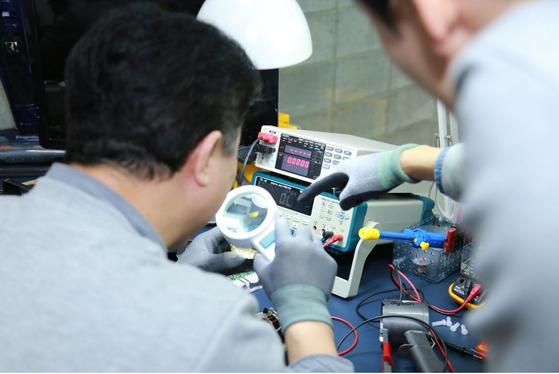 서울 성동구 서울새활용센터 1층에 위치한 인라이튼의 사무실. 고쳐 쓰기 어려워 쉽게 버려지는 전자 제품 쓰레기를 줄이기 위해 쉽고 편리한 전자 제품 수리 서비스를 제공한다. [사진 인라이튼]