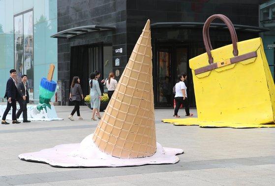 대구 한 백화점 앞에 설치된 조형물. 아이스크림 녹을 만큼 덥다는 것을 간접적으로 보여준다. [뉴스1]