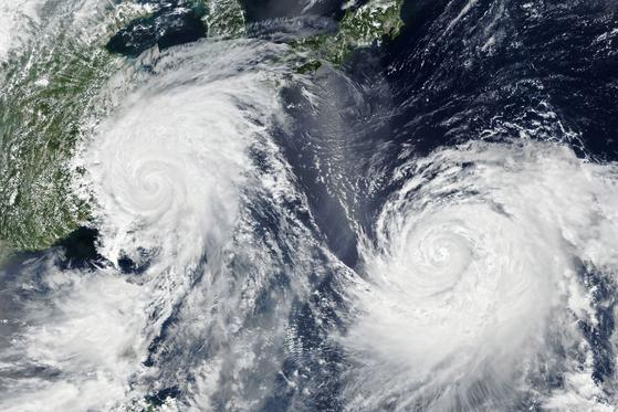 제9호 태풍 레끼마(왼쪽)가 중국 동해안을 따라 북상 중인 가운데 제10호 태풍 크로사가 일본 오키나와 남쪽에서 일본 열도를 향해 북상하고 있다. [미항공우주국(NAS) 제공, EPA=연합뉴스]