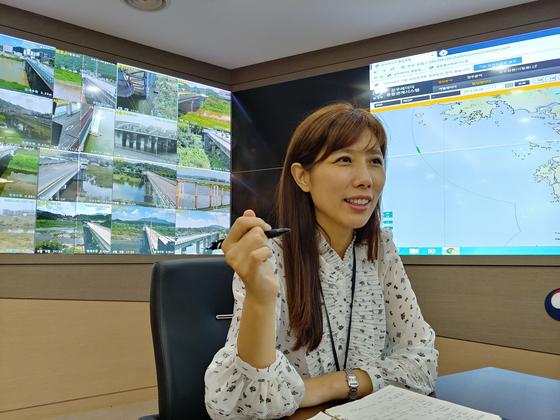 9일 한강홍수통제소 상황실에서 인터뷰중인 김휘린 예보팀장. 김정연 기자