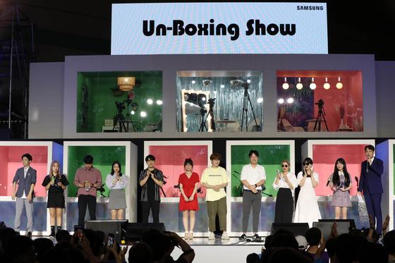 '삼성 갤럭시 노트 10 언박싱(UnBoxing) 쇼'가 10일 '2019 크리에이터 위크&' 행사가 열리고 있는 서울 삼성동 코엑스에서 진행됐다. 장성규 아나운서의 사회로 10명의 인기 크리에이터들이 참가한 가운데 열렸다. 크리에이터들이 자기 소개와 인사를 하고 있다. 변선구 기자