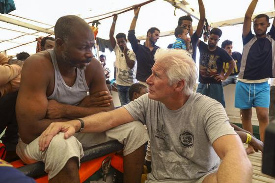 배우 리처드 기어가 스페인 오픈 암즈 구조선에 탑승해 난민과 이야기를 나누고 있다. [AP=연합뉴스]