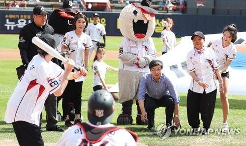 [2017 kt 위즈와 SK 와이번스의 경기 시구ㆍ시타하는 위안부 피해 할머니. 연합뉴스 사진제공]