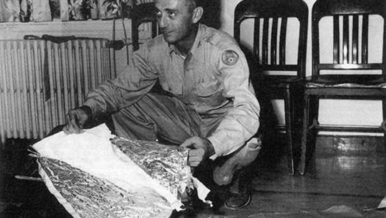 미 육군 항공대가 1947년 7월 7일 로즈웰에서 수거했다며 공개한 기구의 잔해들. [사진 미 공군]