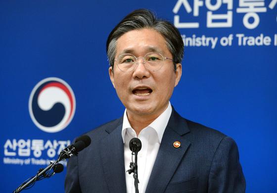 성윤모 산업통상자원부 장관이 12일 정부세종청사에서 전략물자 수출입고시 개정안을 발표하고 있다. [산업통상자원부]