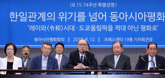 """이홍구 전 국무총리가 12일 오전 서울 중구 프레스센터에서 열린 '동아시아평화회의 한국위원회 8·15 74주년 특별성명 발표 기자회견'에서 모두발언을 하고 있다. 이날 참가자들은 """"아베 정부가 새 시대를 이웃 나라와의 적대로 시작한다면 일본 국민의 기대를 저버리는 것이며 세계를 크게 실망시킬 것""""이라고 밝혔다. [뉴스1]"""
