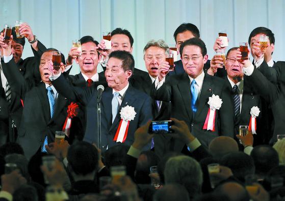 지난 5월 15일 자민당 기시다파의 정치자금 모금 파티에서 참석자들이 건배를 하고 있다. 앞줄 가운데가 고가 마코토 명예회장, 그 오른쪽이 기시다파 회장인 기시다 후미오 자민당 정조회장. [사진=지지통신 제공]