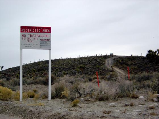 51구역의 경고문. 무단침입할 경우 물리력(Deadly Force)을 사용할 수 있다는 내용이다. 오른쪽 위 언덕의 트럭은 사설 경비업체 것이다.  [사진 위키피디아]