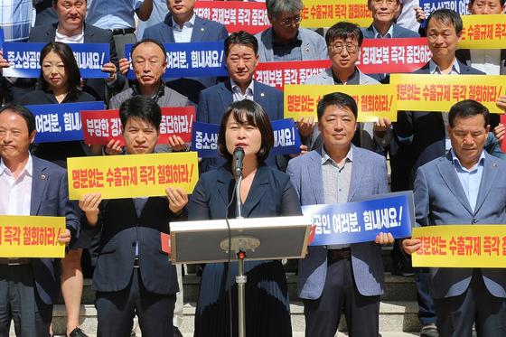 12일 일본의 경제보복을 규탄하는 부산시의회 의원과 발언하는 박인영 의장. [사진 부산시의회]
