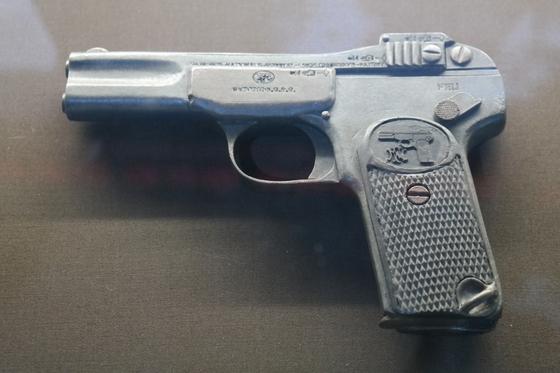 안중근 의사가 이토 히로부미를 사살할 때 사용했던 것과 같은 모델인 브라우닝 권총. 우수리스크의 최재형 기념관에 전시돼 있다.