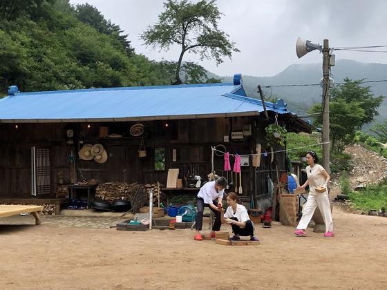 '삼시세끼 산촌편'(tvN). 박소담·윤세아·염정아(왼쪽부터) 등이 강원도 정선에서 '자급자족 유기농 라이프'를 펼친다. [사진 각 방송사]