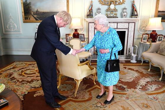 엘리자베스 2세 영국 여왕이 버킹엄 궁에서 새 총리로 선출된 보리스 존슨을 만나고 있다. [로이터=연합뉴스]