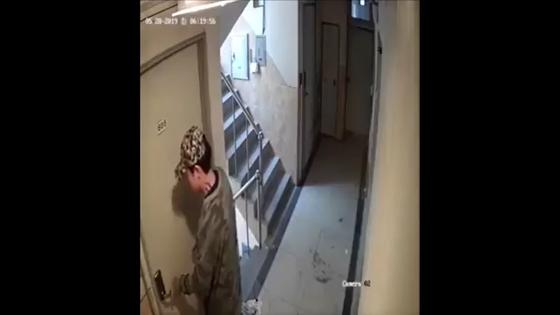 관악경찰서는 지난 5월 29일 '강간미수 동영상' 속 남성 A씨(30)를 주거침입 혐의로 긴급체포했다. A씨의 범행은 지난 28일 '신림동 강간범 영상 공개합니다'라는 제목의 CCTV영상이 공개되면서 알려졌다. [뉴스1]
