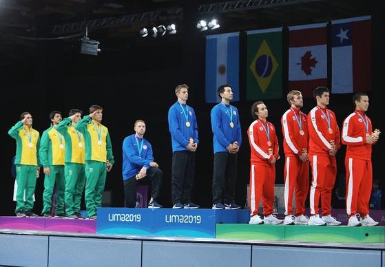 팬아메리칸게임 펜싱에서 금메달을 딴 미국 대표 임보든이 시상식에서 국가를 부르는 대신 한쪽 무릎을 꿇고 앉았다. [사진 임보든 인스타그램]