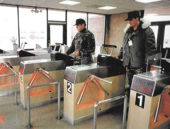 미 공군 장병이 비밀 연구시설에 들어가기 위해 출입문에 스캐너에 손을 올려 신원을 확인하고 있다. [사진 Mick West 트위터 계정]