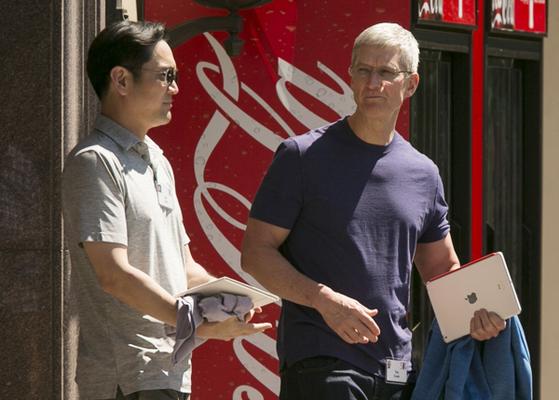 5년 전인 2014년 7월 선밸리 콘퍼런스에서 이재용 부회장은 피케 셔츠 차림으로 티셔츠를 입은 팀 쿡 애플 CEO와 만났다. 이 부회장은 올해 열린 선밸리 콘퍼런스에 불참했다. [중앙포토]