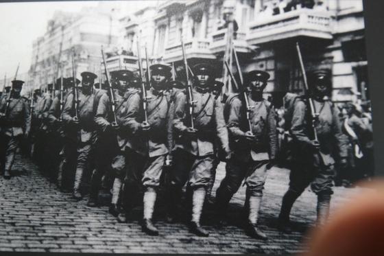러시아 블라디보스토크로 진군해 들어오는 일본군.