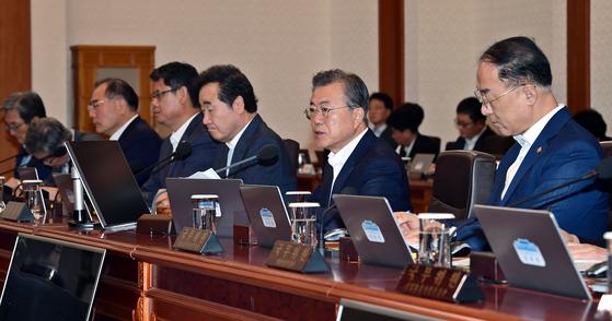 문재인 대통령이 13일 오전 청와대 본관에서 열린 국무회의에서 발언하고 있다. 청와대 사진기자단