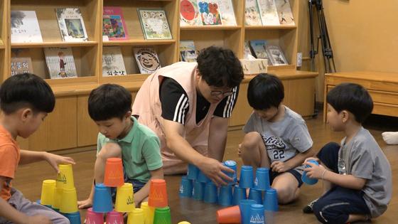 이날 유치원의 마지막 수업인 체육 시간에는 친구들과 협동하여 컵을 쌓는 활동이 진행됐다. 김지선·정수경·왕준열 PD