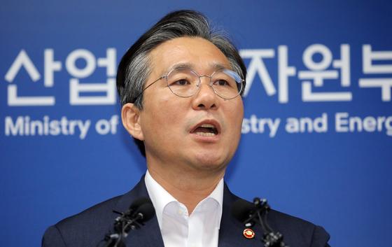 성윤모 산업통상자원부 장관이 12일 정부세종청사에서 일본에 대한 전략물자 수출통제를 강화하는 조치에 대해 설명하고 있다. [뉴스1]