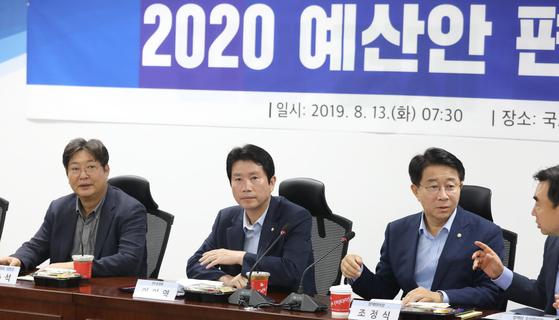 더불어민주당 이인영 원내대표(가운데)가 13일 오전 국회 의원회관에서 열린 2020 예산안 편성 당정협의에 참석해 자리하고 있다. [연합뉴스]