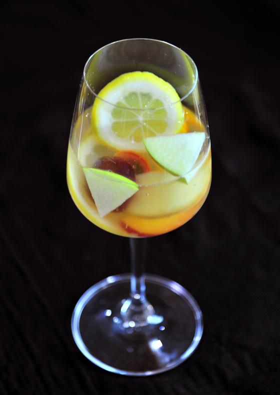 한국 와인으로 만든 과일 칵테일 '화이트 샹그리아'. 우리땅에서 자란 복숭아, 사과 등의 과일과 한국 와인의 조합은 찰떡궁합이었다.