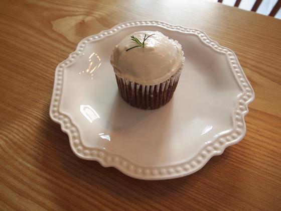비건 크림 치즈를 올린 당근 시나몬 컵케이크. 일반 생크림보다 쉽게 녹는 비건 크림은 먹기 직전 케이크 위에 올려 먹는다. 유지연 기자