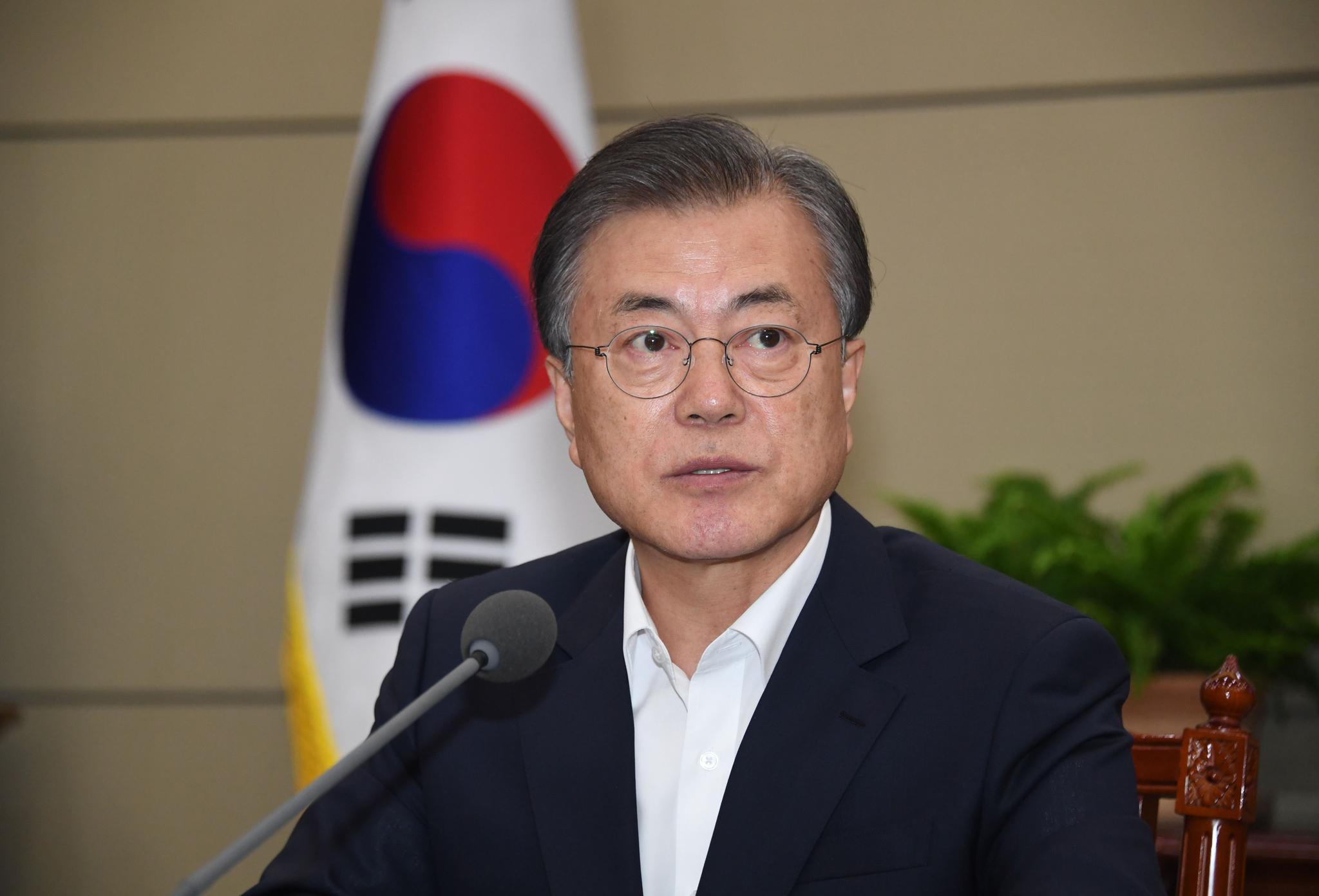 문재인 대통령이 12일 오후 청와대에서 열린 수석·보좌관회의에서 모두 발언하고 있다. 청와대사진기자단