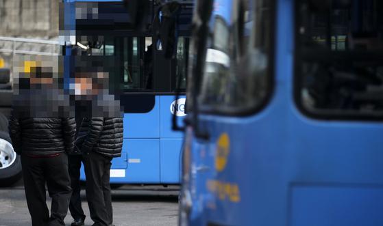 서울 시내 한 버스 차고지에서 버스기사들이 모여 이야기하고 있다.사진은 기사 내용과 관계없음.[중앙포토]