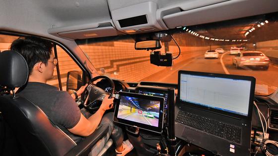 현대모비스 연구원이 독자 개발한 카메라와 레이더 센서를 적용한 상용 테스트 카를 운전하며 성능을 검증하고 있다. [사진 현대모비스]