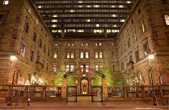 롯데뉴욕팰리스호텔 전경. 이 호텔은 뉴욕 맨해튼 미드타운 매디슨 애비뉴에 있는 909실 규모의 럭셔리 호텔이다. 롯데그룹은 지난 2015년 이 호텔의 새 주인이 됐다. [사진 롯데호텔]