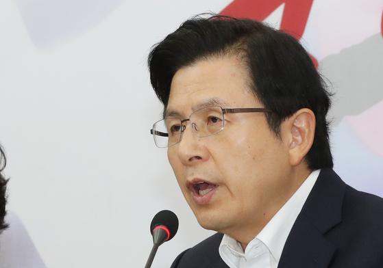 황교안 자유한국당 대표가 12일 오전 국회에서 열린 최고위원회의에 참석해 모두발언을 하고 있다. 김경록 기자