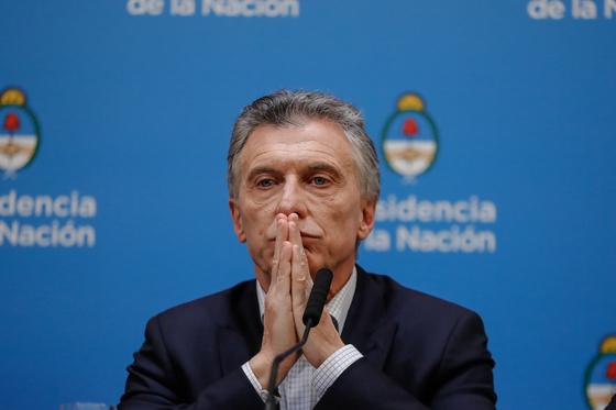 마우리시오 마크리 아르헨티나 대통령이 12일 대선 예비선거 패배와 관련해 기자회견을 하고 있다. [연합뉴스 EPA=부에노스아이레스]