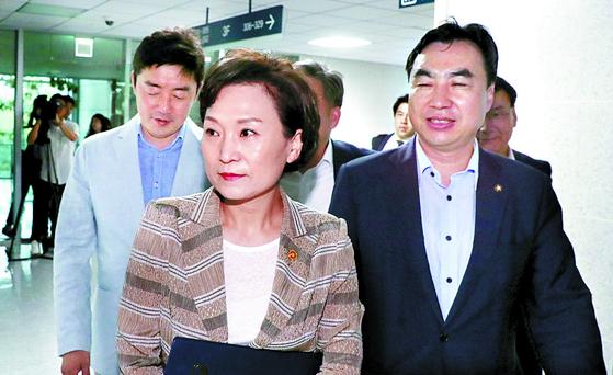 김현미 국토교통부 장관이 12일 민간택지 분양가 상한제 관련 당정 협의에 참석하기 위해 의원회관 회의실로 향하고 있다. [뉴스1]