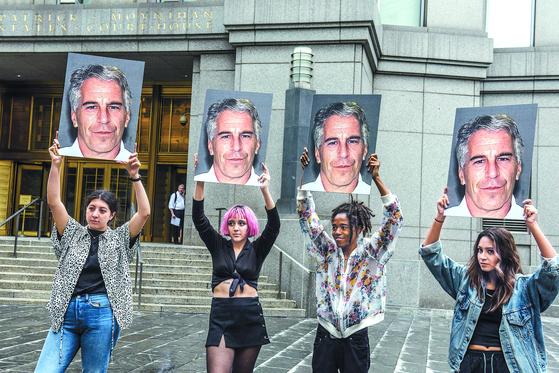 시민들이 7월 8일 미연방법원 앞에서 엡스타인 엄벌을 촉구하는 시위를 벌이고있다. [AFP=연합뉴스]