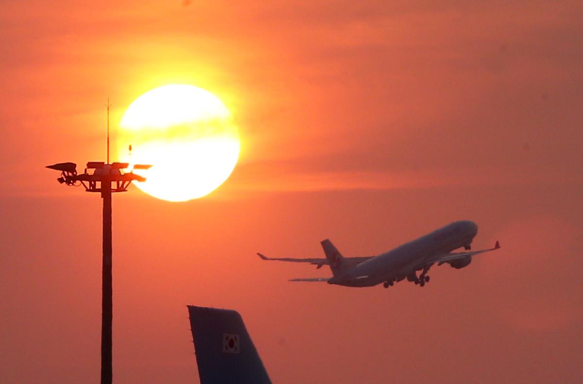 인천공항에서 관제탑 지시에 따라 이륙하는 비행기. [중앙포토]