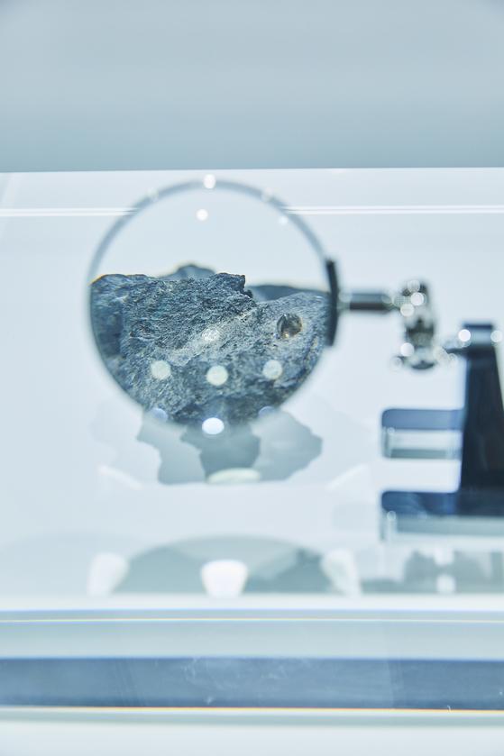 티파니 DDP 전시장. '다이아몬드의 여정'을 체험하는 내용의 전시답게 전시장 초입에서 볼 수 있는 원석. 평범한 돌덩어리 안에서 빛나는 다이아몬드 원석을 확인할 수 있다. [사진 티파니]